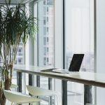 W jakich sytuacjach warto skorzystać z pomocy prawnika w firmie?